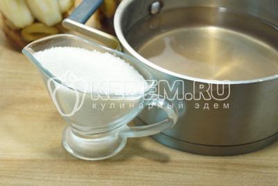 Воду слить в сотейник и добавить сахар, сварить сироп.