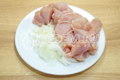 Мясо нарезать кусочками, лук мелко нашинковать.