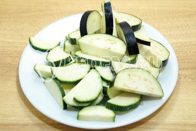 Крупно нарезать овощи.