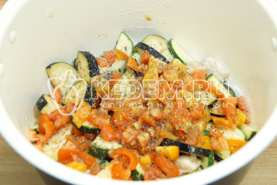 Добавить помидоры, соль и базилик.