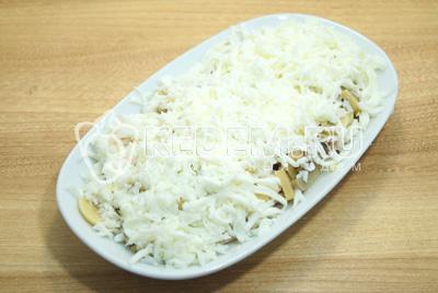Выложить поверх грибов тертые яичные белки. Смазать майонезом и посолить по вкусу.