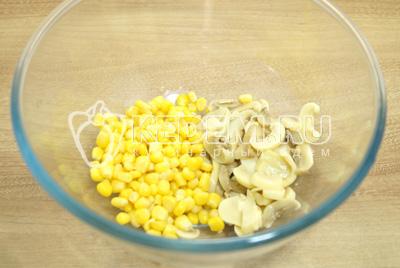 В миску выложить маринованные грибы и кукурузу.