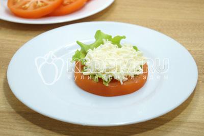 На кружок помидоры выложить листик салата и ложку сырной начинки.