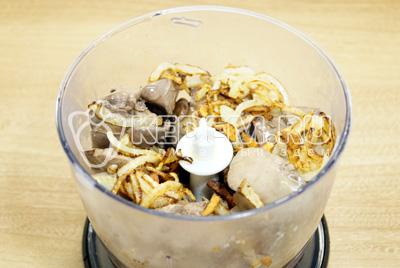 Отварную печень отсудить и выложить в чашу блендера, добавить лук с маслом.
