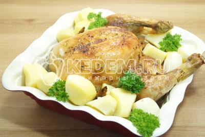 К горячей курице добавить отварной картофель и зелень.