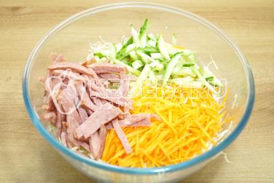 Добавить соломкой нарезанную колбасу и огурец.