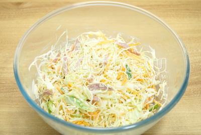 Заправить майонезом салат и посолить по вкусу.