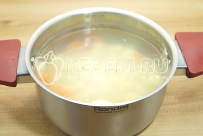 В кастрюле сварить картофель и морковь до полу готовности.