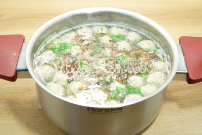 Добавить обжаренный лук и посолить по вкусу. Дать супу настояться.
