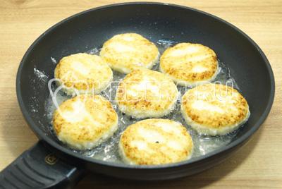 Жарить на сковороде с растительным маслом, на среднем огне по 2-3 минуты.