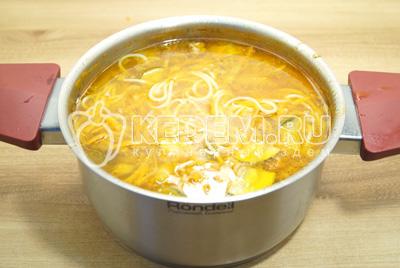 Варить до готовности спагетти.