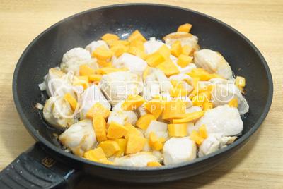 Добавить мелко нашинкованный лук и кубиками нарезанную морковь, готовить еще 3-5 минут.