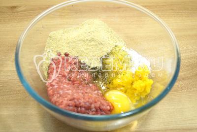 Добавить яйцо, сухари, соль и сушеный укроп.