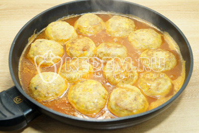 Залить томатным соком и тушить под крышкой 20 минут, на медленном огне.