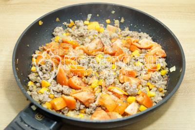 Добавить кубиками нарезанные помидоры, соль и сухие травы.