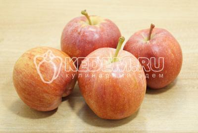 Яблоки вымыть и по желанию очистить.