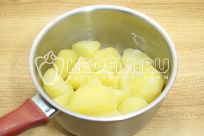 Картофель очистить, нарезать и отварить до готовности. Посолить.