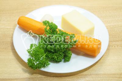 Морковь и чеснок очистить, зелень промыть, сыр натереть на терке.