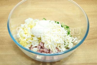 Добавить тертый плавленый сыр и заправить майонезом. Посолить по вкусу.