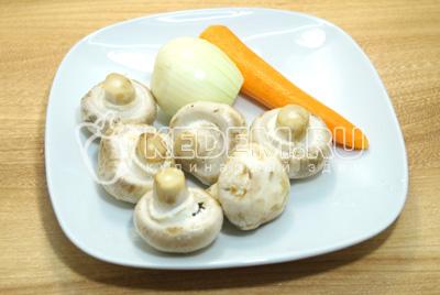 Грибы, лук и морковь очистить.