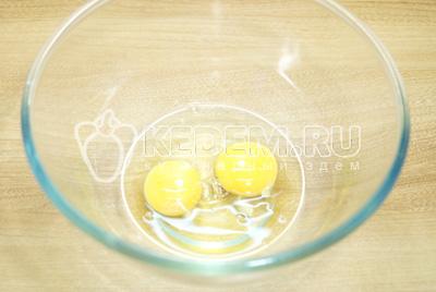 Два яйца взбить в миске.