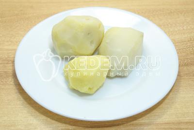 Картофель отварить, остудить и очистить.