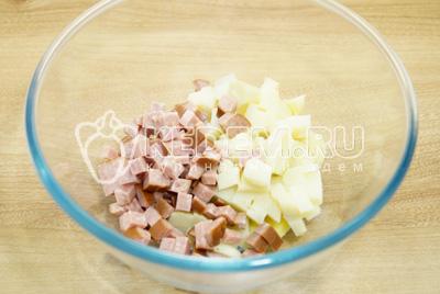 В миску нарезать кубиками картофель и колбасу.