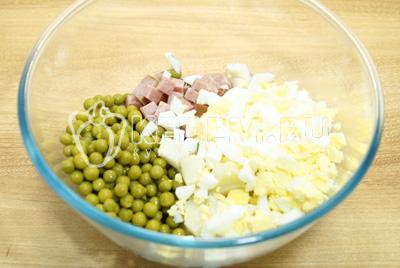 Добавить горошек и кубиками нарезанные яйца.