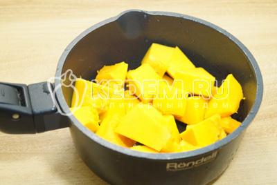 Очистить тыкву от кожуры и семян, нарезать кубиками и сложить в кастрюлю.