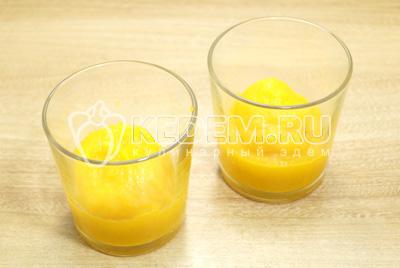 В небольшие стаканчики выложить часть тыквенного пюре.