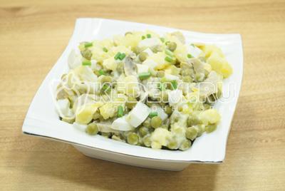 Выложить в салатницу и украсить мелко нашинкованным зеленым луком.