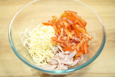 Добавить соломкой нарезанные помидоры и прессованный чеснок.