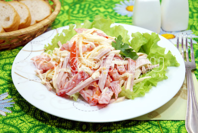 Салат с помидорами и колбасой