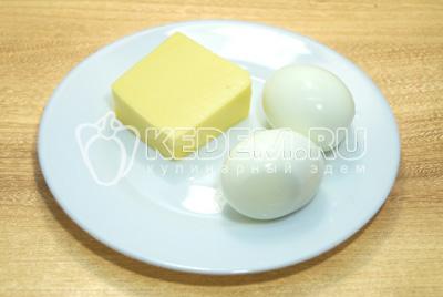 Яйца отварить, остудить и очистить. Сыр натереть на терке.