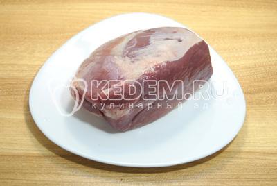 Мясо промыть и обсушить. Хорошо натереть солью.