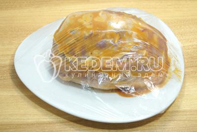 Завернуть в пищевую пленку и убрать в прохладное место на 1-2 часа для маринования.