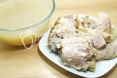Бульон процедить и хорошо посолить, мясо отделить от костей.
