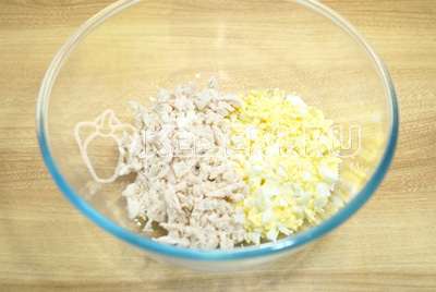 В миске смешать мелко нашинкованное куриное филе и яйца.