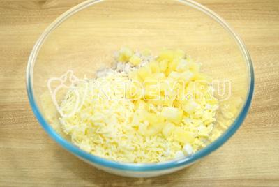 Добавить тертый сыр и кубиками нарезанный ананас.