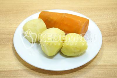 Картофель и морковь отварить, остудить и очистить.