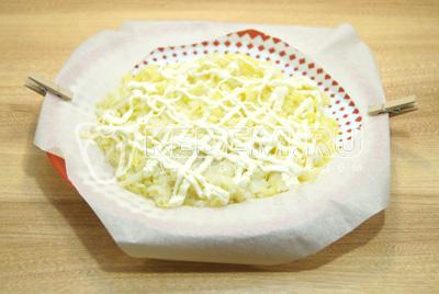 Выложить слой тертого картофеля, немного посолить и смазать майонезом.
