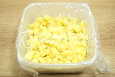 Добавить слой кубиками нарезанных ананасов. Смазать майонезом.