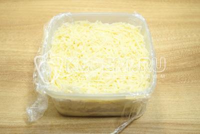 Добавит второй слой тертого сыра и смазать майонезом. Пленку завернуть и дать салату пропитаться в холодильнике.