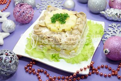 Слоеный салат с ананасами и грибами «Этюд»