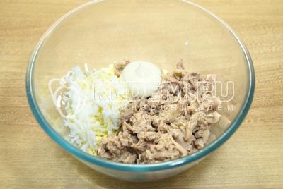 В миске смешать печень трески и тертые яйца. Заправить майонезом.