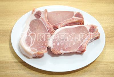 Мясо промыть, обсушить.