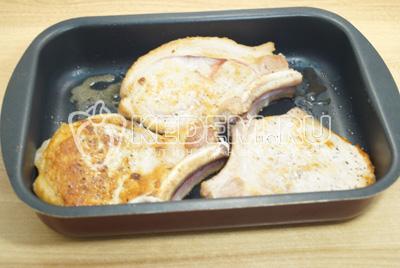 Обжаренное мясо выложить в форму для запекания.