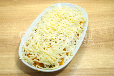 Слой тертого сыра вместе с желтками, смазать майонезом.