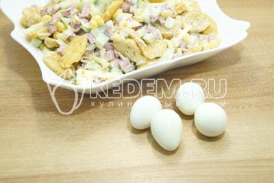 Отварить перепелиные яйца и разрезать на половинки.
