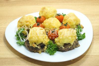 Выложить стожки на блюдо с листьями салата и овощами.